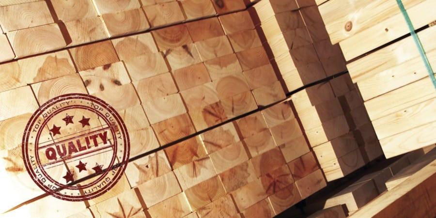 Holzstapel mit Qualitätssiegel