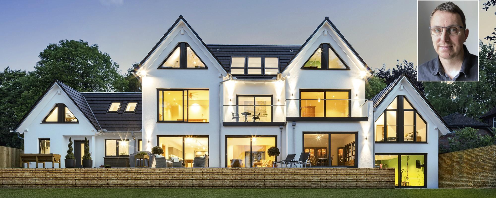 individual designed villa Haus_mit_grosser_Fensterfront_in_Abendstimmung.jpg