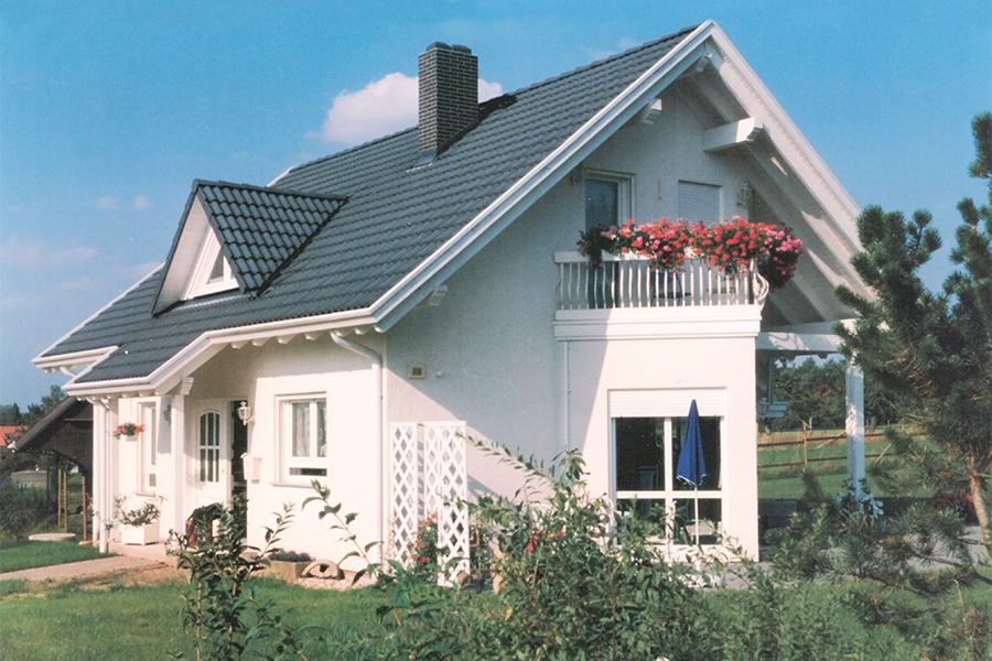 Haus mit Satteldach und Erker
