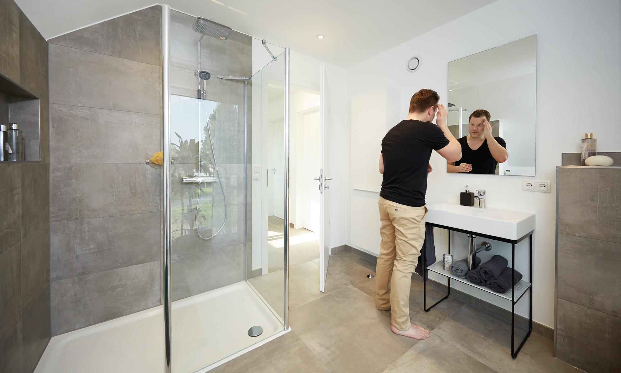 Badezimmer mit Walk-in-Dusche