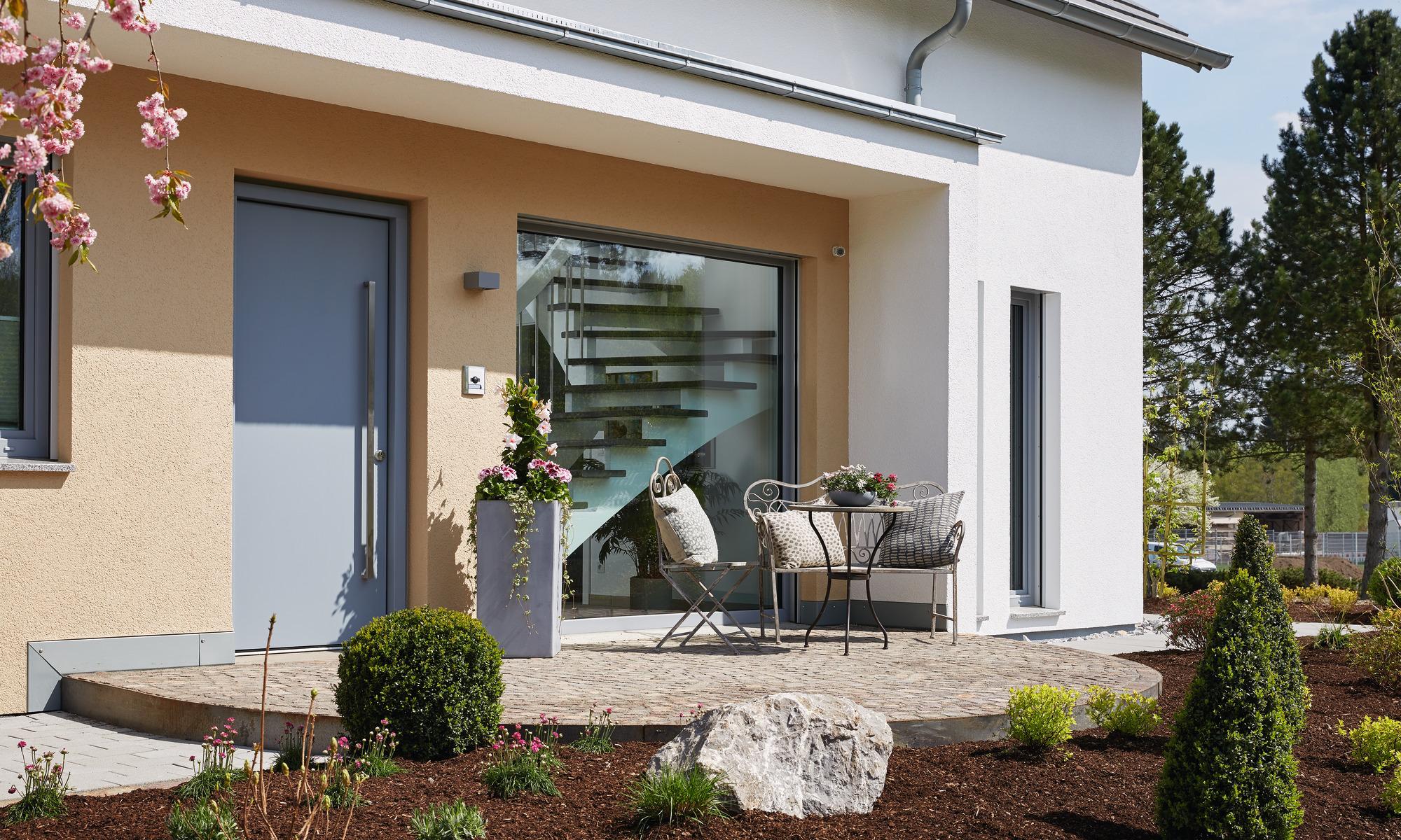 Hauseingang mit großem Fensterelement
