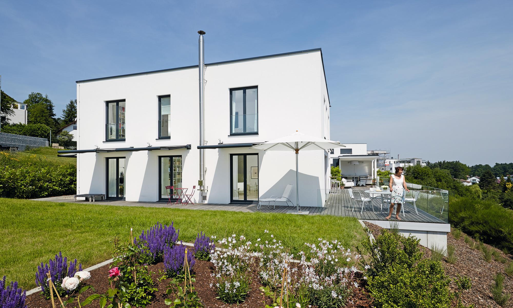 modernes 2-geschossiges Haus mit Flachdach