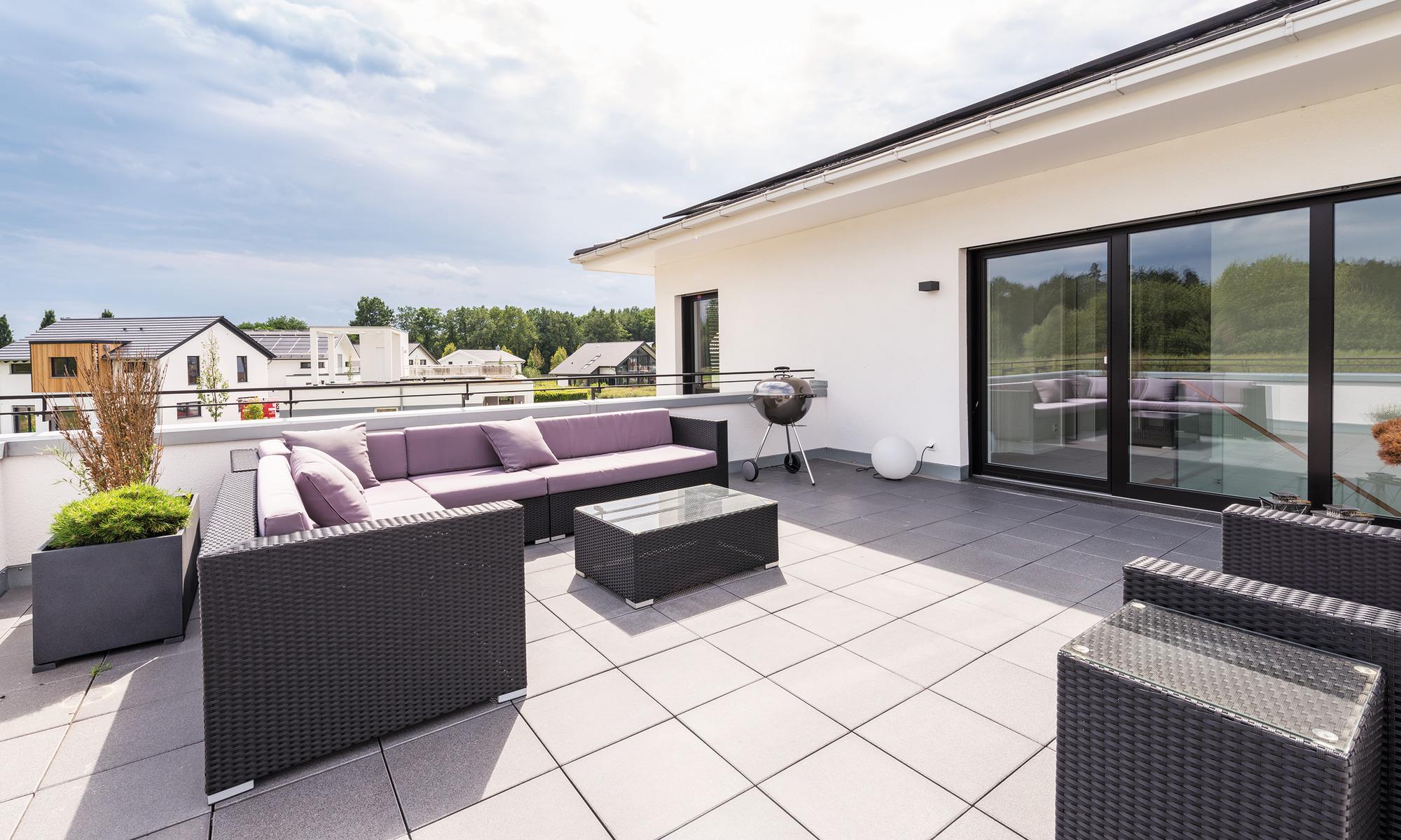 Große Terrasse mit Möbel