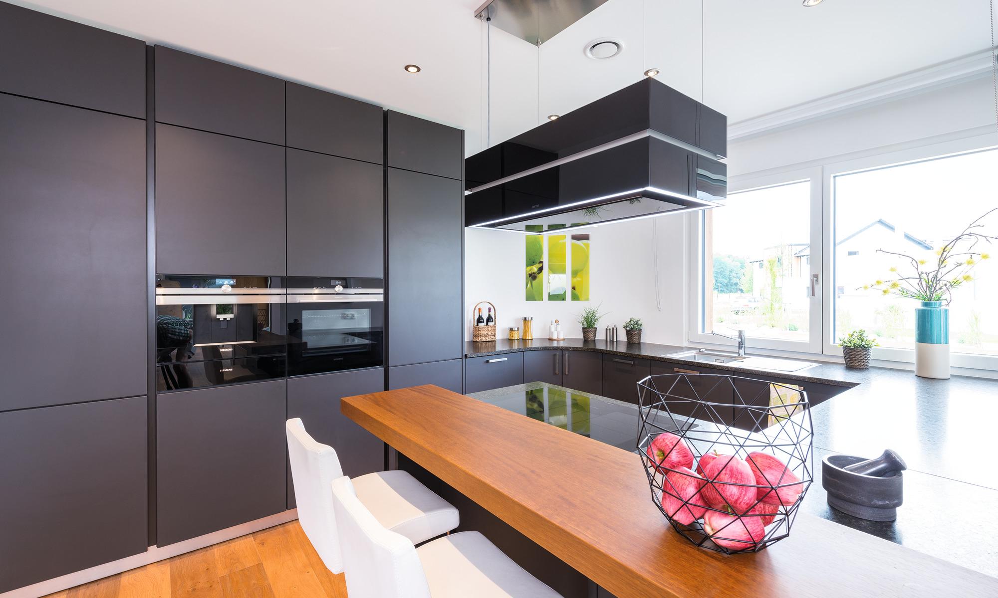 Großzügige Küche mit schwarzer Front