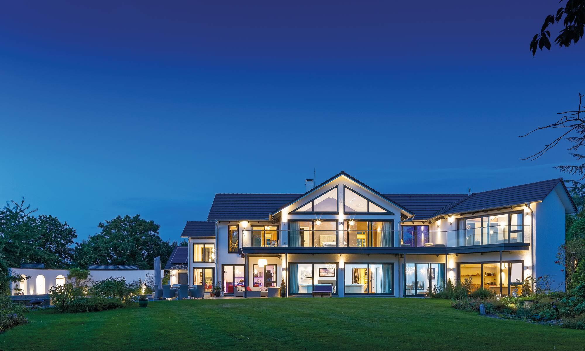 Haus abgewinkelt mit Satteldach
