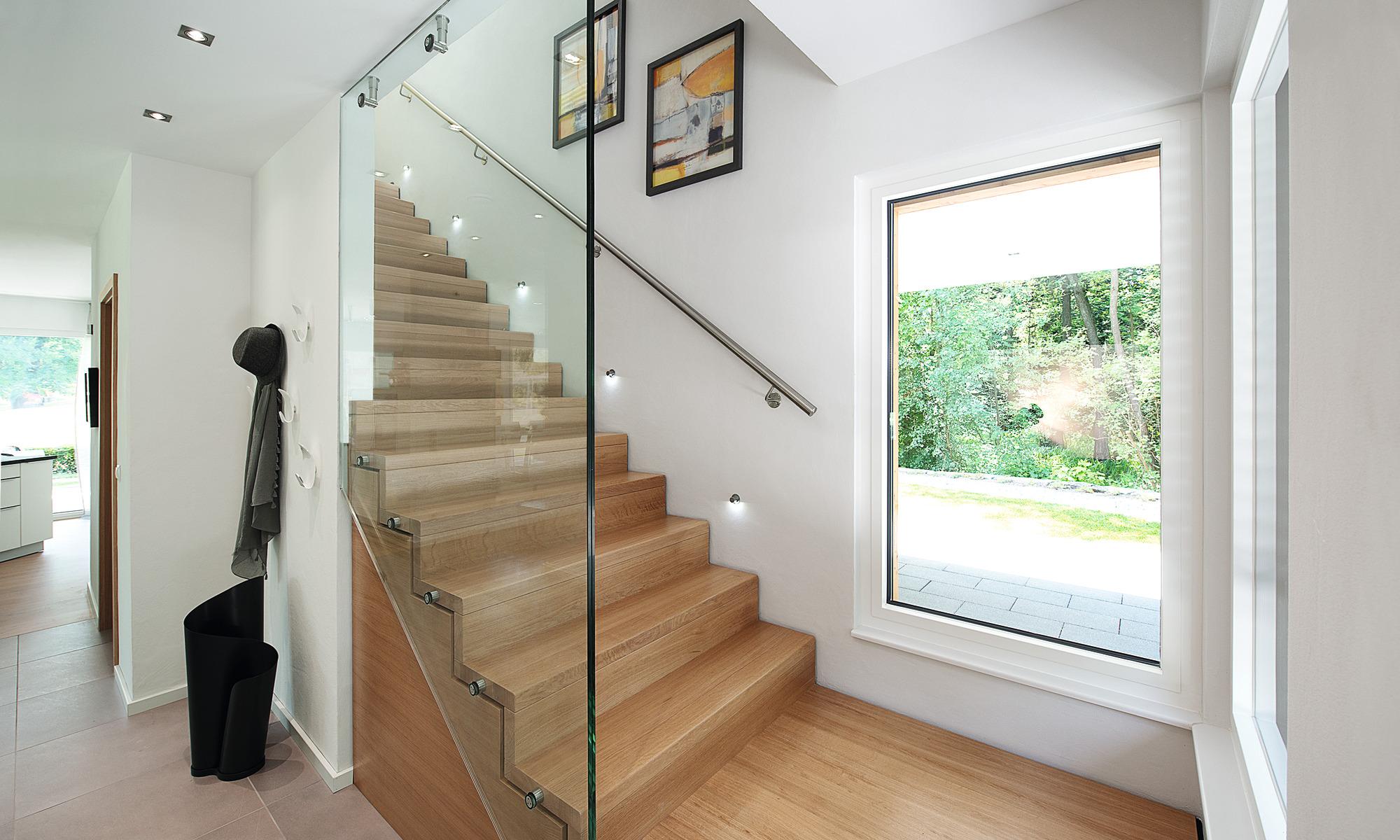 WeberHaus mit moderner, massiver Holztreppe