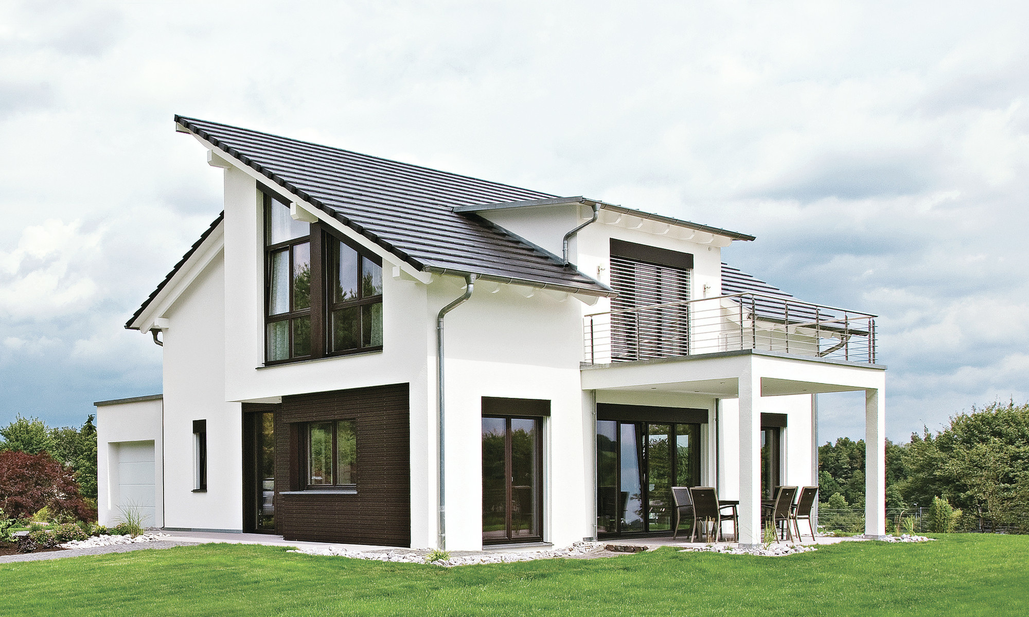 Der eineinhalb-geschossige Entwurf mit versetztem Pultdach macht das Haus zu einem besonderen Blickfang.