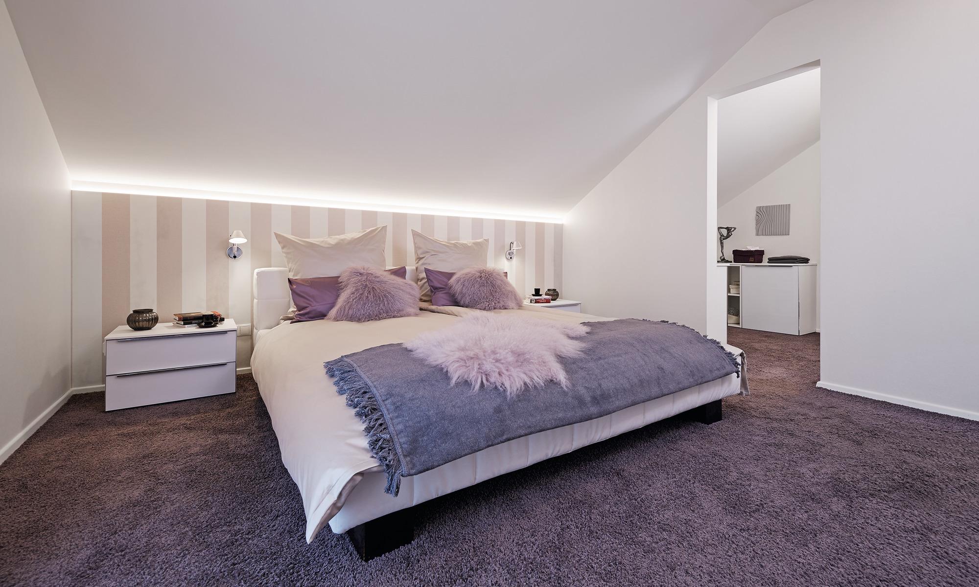 modernes Schlafzimmer mit Wandbeleuchtung