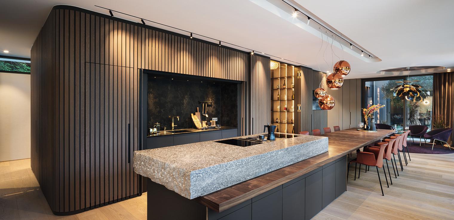 hochmoderne Küche mit freistehendem Arbeitsbereich