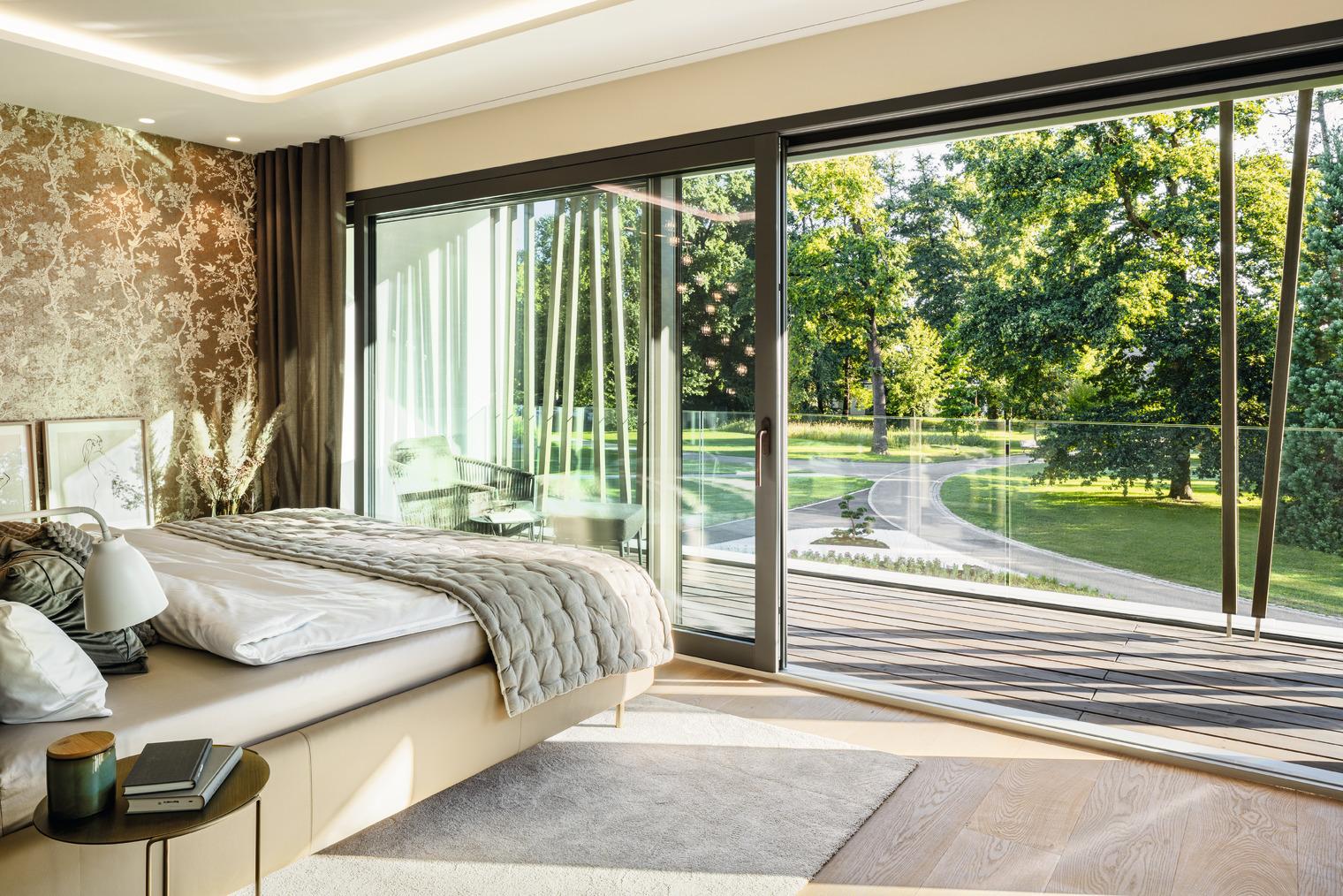 Schlafzimmer mit puristischem Ganzglasbalkon