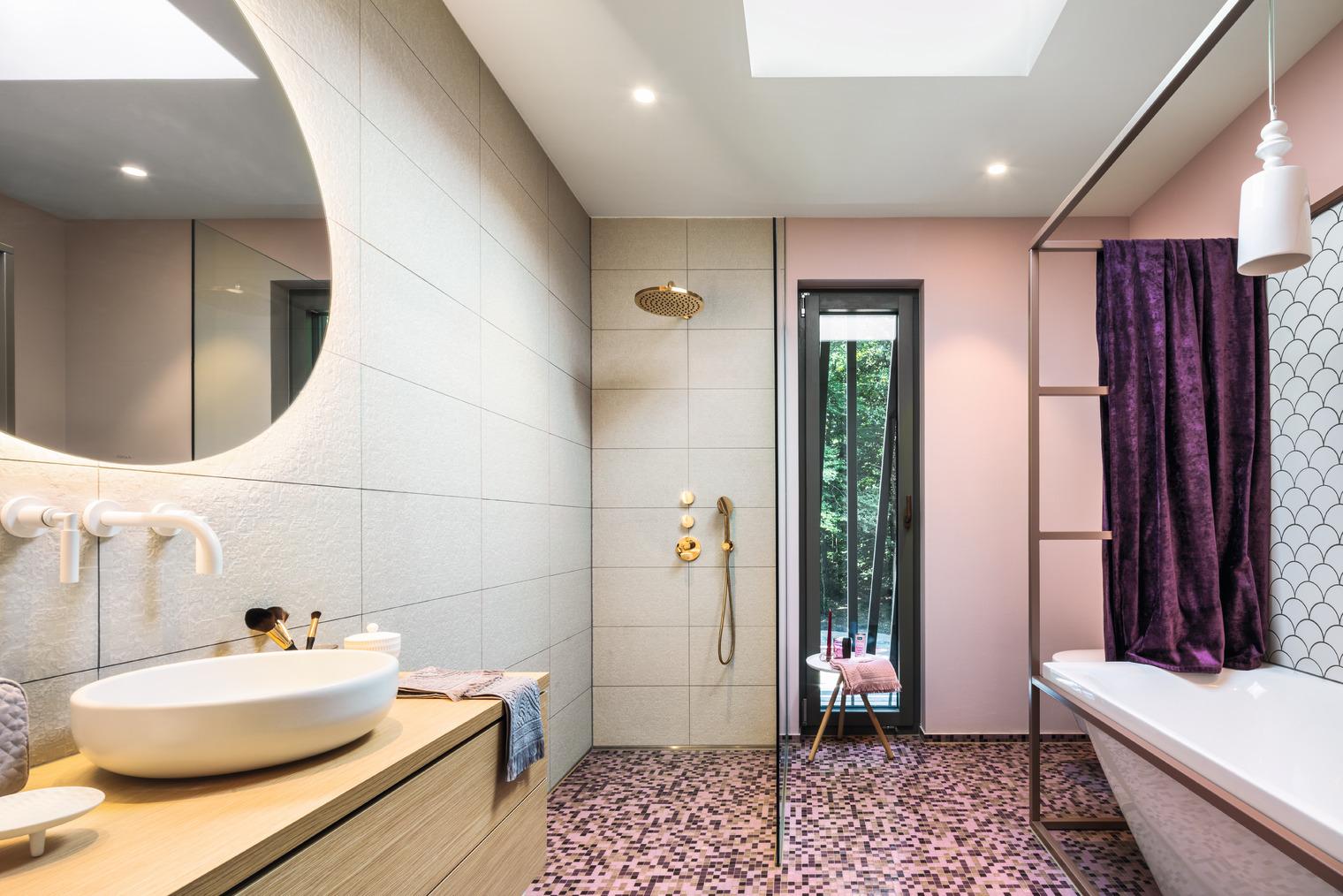 Jugendbadezimmer mit exklusiver Badewanne