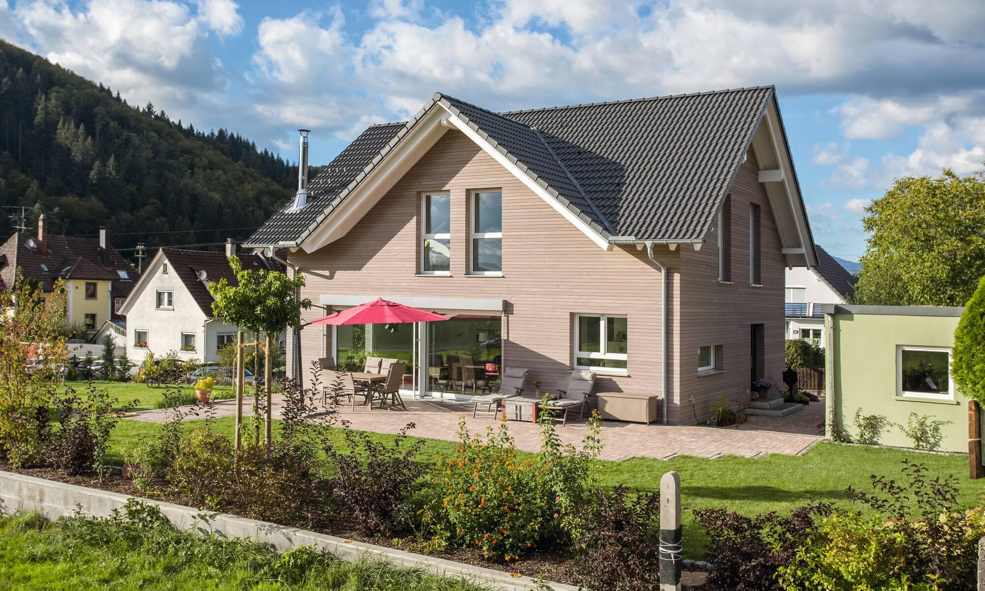 Einfamilienhaus mit Holzschalung