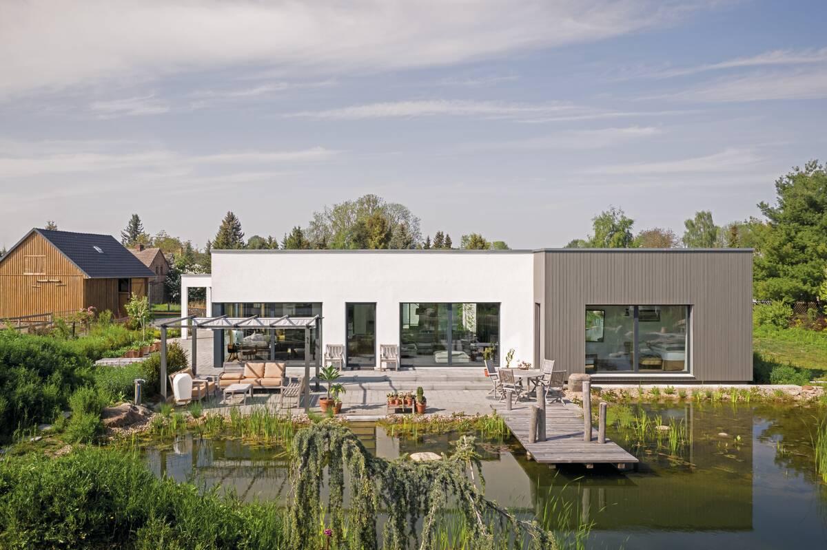 moderner Bungalow mit Gartenteich