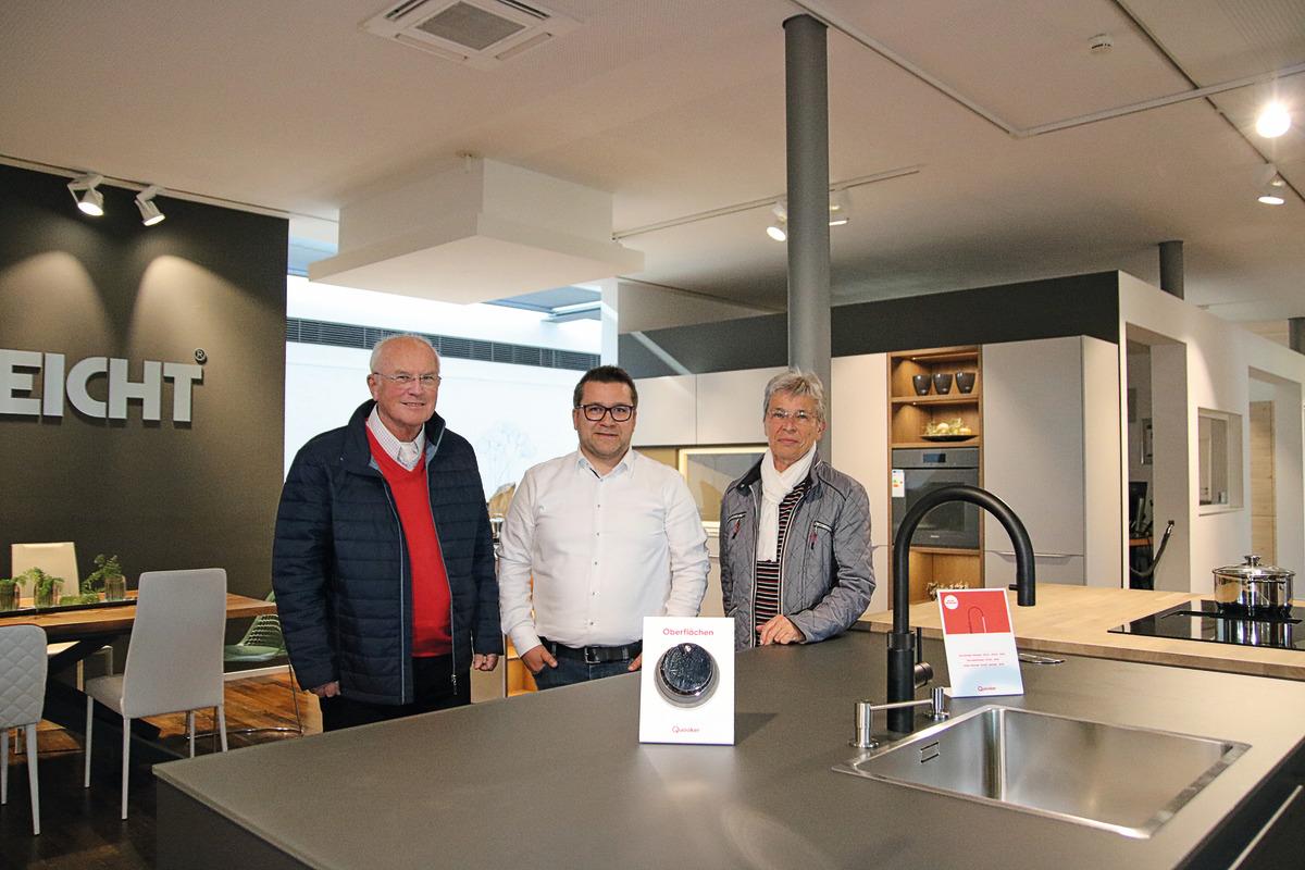 Waltraud Sternemann und Dr.-Ing. Karl-Heinz Sternemann freuen sich über die Unterstützung durch WeberHaus. Holger Hönig (Mitte) hat ihnen die Spende überreicht.