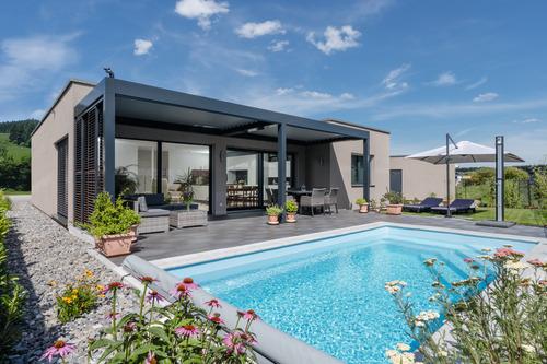 Bungalow mit Flachdach und Pool