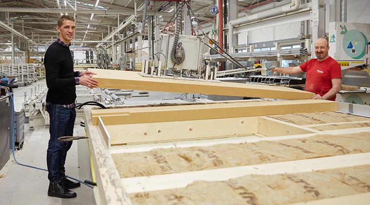 Nils Petersen besucht die Produktion bei WeberHaus