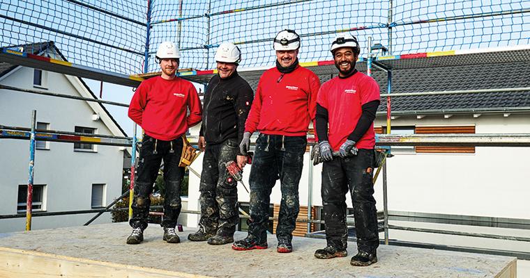 Mitarbeiter WeberHaus - Monteure auf der Baustelle beim Hausaufbau