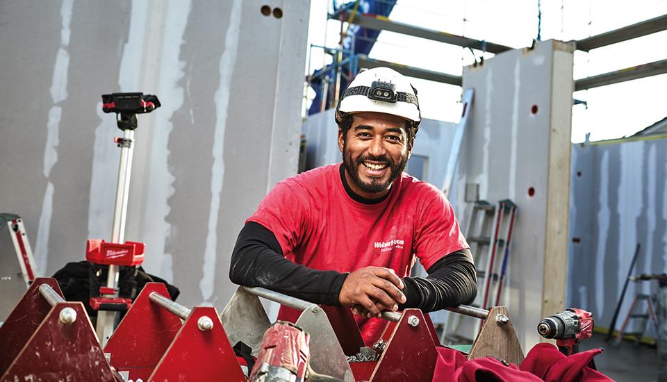 WeberHaus Monteur beim Hausaufbau auf der Baustelle