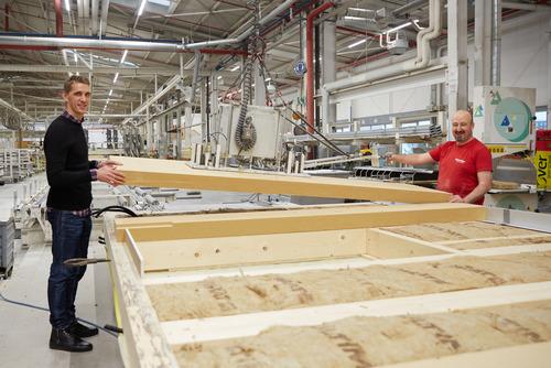Nils Petersen zu Besuch in der Produktion bei WeberHaus