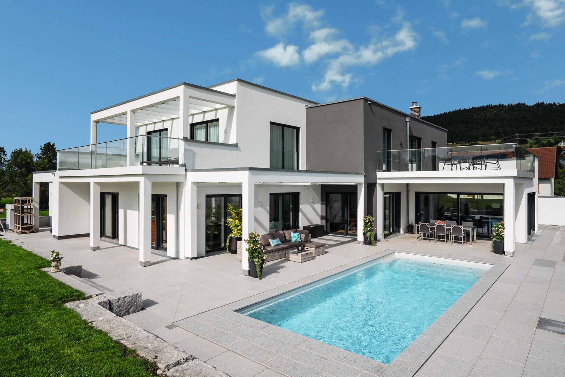 freigeplantes Einfamilienhaus in Fertigbauweise mit Pool